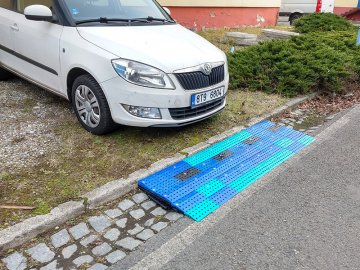 Leveling ramp for car